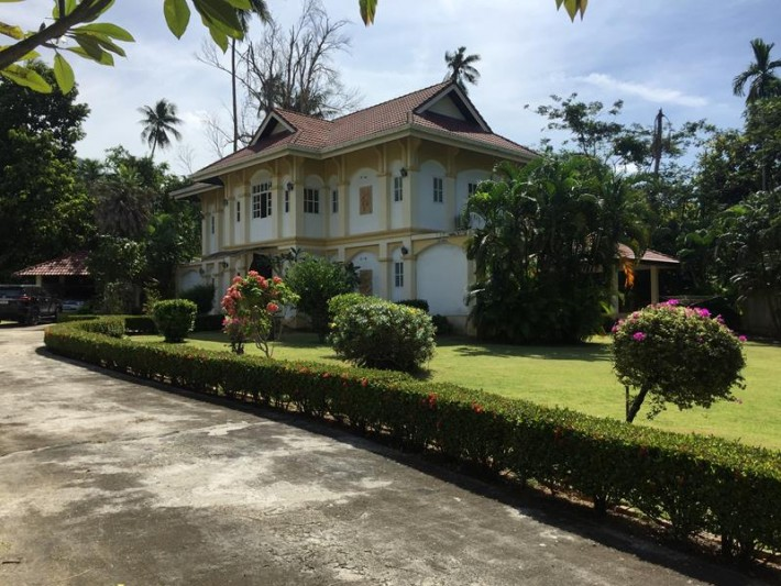S978: PALATIAL KOH SAMUI VILLA IN A QUIET AREA FOR SALE